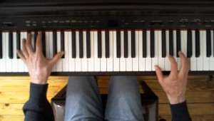 Assis au milieu du piano