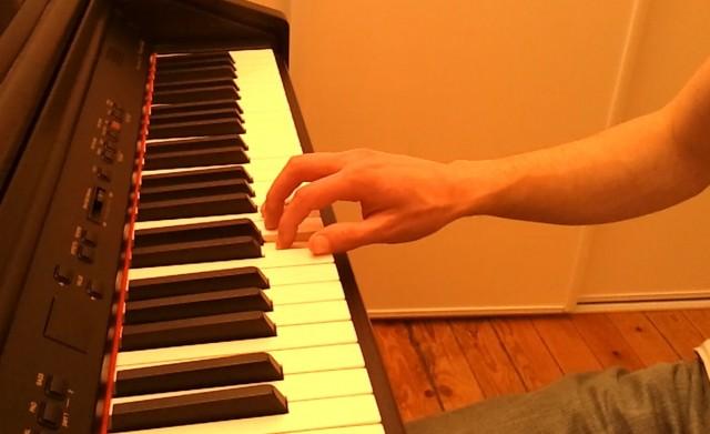 """Position de la main, stable, poignet bien maintenu (pas cassé) - doigts """"groupés"""" qui reposent sur les touches (blanches ou noires). On est prêt pour jouer."""