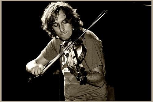Yann Tiersen au violon, un de ces instruments fétiches