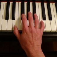 Position naturelle de la main - les doigts reposent sur les touches