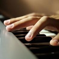 Doigts sur le piano